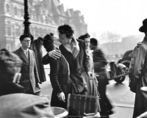 doisneau-robert-bacio-all-hotel-de-ville-paris-1950